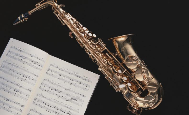 アルトサックスと楽譜